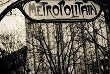 Paris / Le métro et les colonnes Morris, les toits en zinc, les cafés et bistrots, la tour Eiffel, la Seine, les boulangeries, la baguette et le croissant, les parisiennes...