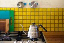 Couleurs de l'été / déco estivale, couleurs rafraîchissantes et toniques, le vert et le jaune de chrome de la maison Monet à Giverny, le bleu et le jaune de la maiso
