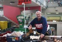 Fogj kezet a termelővel! / A projekt egy fényképes riportsorozat a Fehérvári úti piacon áruló kistermelőkkel.  Célunk, hogy a magyar kistermelők népszerűsítésével arra buzdítsuk olvasóinkat, hogy az áruházak helyett kistermelőktől vásároljanak. Célunk az is, hogy tudatosítsuk, hogy az élelmiszer-előállítás milyen fáradtságos művelet, és buzdítsuk a magyar lakosságot arra, hogy helyi, szezonális élelmiszereket vásároljanak az import áruk helyett.  http://gasztrohos.hu/fogj-kezet-a-termelovel/