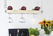 DIY: Crearea unui raft elegant pentru sticlele de vin / Materiale necesare: Dremel 4000 cu mandrină de şlefuire şi bandă de şlefuire 407; Dremel TRIO şi freza de tăiere multifuncţională TR 563; Masă de proiect Dremel; Sistem de prindere pe masa de lucru; Lemn pentru raftul sticlelor de vin; Pene de lemn x 8; Adeziv; Şmirghel; Raft metalic pentru susţinerea paharelor de vin, Colţare, Şurubelniţă, Şuruburi de 25 mm Gradul de dificultate: patru stele