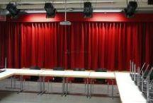 Sahne Perdesi / Sahne perdeleri okul otel konferans sinama kültür merkezi salonlarında kullanılan perde seklidir. Sahne perdesi manuel ve motorlu sistem olarakta alternatif sunar. İhtiyacınıza göre çift acılım veya yukarı balon perde şeklindede uygulana bilen perde türüdür