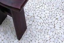 Flat riverstone pebble kiezelvloeren / flat riverstone pebble mozaïek vloeren geven je ruimte een warme, natuurlijke uitstraling. De mozaïek stenen worden gewonnen uit rivieren en zijn eeuwenlang door het stromende water glad geschuurd en gevormd. De mozaïek stenen zijn zowel binnen als buiten toepasbaar. Pebbleshop levert flat riverstone pebble mozaïek vloeren door heel Nederland en België.