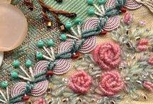 dal web - fiori di nastro, ricami e bottoni / composizione di fiori e fiocchi  in stoffe e altro