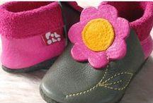 Cappellini e scarpine / Cappellini per tutte le stagioni nei migliori filati bio, dalla nascita ai 7-8 anni. E morbidissime scarpine di pelle ecologica o calzettoni antiscivolo per muoversi e crescere in libertà. Tanti accessori per stare bene dalla testa ai piedi!