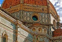 Florencia / Aquí domina el paisaje la famosa cúpula de Brunelleschi que fue construída una técnica especial con los ladrillo colocados tanto en posición horizontal como vertical formando un espiral desde abajo hasta arriba para garantizar que no se derrumbara. Otro punto muy fotografiado ha sido siempre el Puente Viejo.