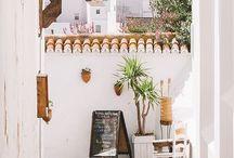 Andalucía, pueblos blancos / En Andalucía la simple arquitectura popular llega a nutrir las almas con su serenidad blanca en contraste con el cielo azul.