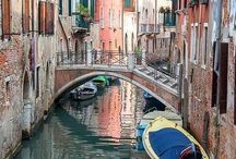 Venecia / Venecia tiene su luz pálida, su luz cálida y su luz contrastante con lo azul y lo verde. Aquí lo tienen todo mezclado.