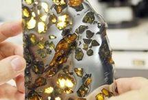 Piedras y minerales / Las piedras, preciosas o no, nos hacen enfrentarnos al misterio. Como no se mueren nos traen la interminable historia a la vista y al tacto. Nos sorprenden cada vez por su mudo lenguaje de formas y colores, por su larga transformación para nuestros ojos ya finalizada.