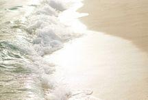 Mares y océanos / En estas fotos, las aguas, suaves o fervorosas, enjuagan de mi cuerpo y de mi mente todo lo que les sobra.