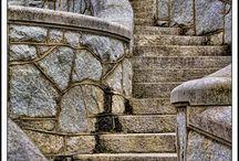 Escaleras / Las escaleras son una manera de ordenar el mundo, darle forma definida al camino y a los pasos. La elección del material, la forma de sus componentes, su intimidad o su solemnidad nos acompañan muchas veces en situaciones decisivas en nuestra vida.