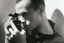 Henri Cartier-Bresson / Un célebre fotógrafo francés (1908-2004). Llamado el padre del fotorreportaje. Viajó por Europa, América, México, Rusia, La India, China, Japón,  Bali, Indonesia. Cachó el momento. Fotografió la vida cotidiana con sus sorpresas. Asistió a acontecimientos de relevancia histórica. Retrató a gente famosa.
