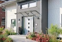 Hauseingangselemente / Das Aushängeschild eines Hauses ist die Eingangsgestaltung mit Haustüre, Eingangsüberdachung, Beleuchtung, Sprechanlage, Briefkasten etc. Passend zur stilistischen Gestaltung des Hauses steht eine große Auswahl an hochwertigen und designorientierten Haustürmodellen zur Verfügung.  Schwörer Haustüren haben eine thermische Trennung nach draußen und schließen dicht. Eine Dreifachverriegelung bietet Sicherheit. Die Ausstattung mit Sperrbügel-Schließblech ist jederzeit möglich.