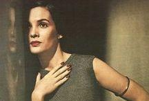 фотограф Луиза Даль-Вулф / Даль-Вулф была одним из самых знамениты фотографов в 30-е, 40-е и 50-е. Её работы оказали большое влияние на таких знаменитых фотографов, как Ричард Аведон, Ирвин Пенн, Хорст П. Хорст. Даль-Вулф родилась 1895 в Сан-Франциско, впервые начала фотографировать в 1923. Работала для Harper's Bazaar начиная с 1936. Она была одной из первой, кто проводил съёмки на улице и в экзотических местах и использовал в фэшн-съёмке натуральное освещение. Умерла в 1989 году, в возрасте 94-х лет.