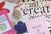 Surprise Thema Enveloppen / Wanneer je een Surprise Thema Envelop besteld, ontvang je een bubbeltjesenvelop boordevol goodies/cadeautjes van verschillende webshops in een bepaald thema. De kosten hiervan zijn €5 (incl. verzendkosten van €2.92) en er gaat áltijd €1.50 van elke bestelde envelop naar een goed doel! De enveloppen verschijnen 6x per jaar, met de volgende thema's: Valentijnsdag, Pasen, Moederdag, Zomer, Sinterklaas & Kerst.