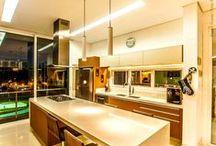 Cozinhas - Projetos com estilo e sofisticação / Contar com uma cozinha projetada com o seu gosto e estilo é fundamental no seu projeto, afinal de contas é neste ambiente onde você irá fazer as suas refeições e até mesmo receber familiares e amigos. A Weiku conta com diversos estilos de aberturas que se adequam perfeitamente neste ambiente, deixando ele com características únicas. #weiku  #arquitetura #decoracao #ambientes #weikudobrasil