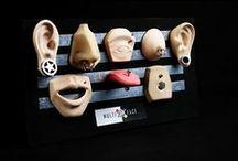 Exhibidores para piercings MULTIFACE / Exhibidores símil piel, perforables, lavables y de larga vida útil.  Nuestros exhibidores permiten visualizar los piercings desde todos sus ángulos.