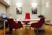 Aptar Italia / Per la sede di Sambuceto (CH) di Aptar Italia, Uno Fabbrica ha provveduto al rifacimento dell'ufficio dirigenziale e della sala riunioni. Gli arredi, alcuni dei quali prodotti su misura, uniscono qualità e stile con l'attenzione alle ultime tecnologie: tavolo riunioni e scrivania dell'ufficio sono infatti connessi per la condivisione degli schermi, soluzione ottimale in caso di video-conference.