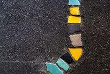mosaiikki, lasi, kivi ja betoni