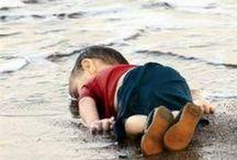 Aylan Kurdi, aveva 3 anni e fuggiva da Kobane / Si chiamava Aylan Kurdi, aveva 3 anni e fuggiva da Kobane, la città siriana da mesi contesa a colpi di mortaio tra esercito di Damasco, forze curde e miliziani dell'Isis. Con la famiglia aveva deciso di scappare dalla Siria, per cercare un futuro migliore, affrontando il mare, forse per raggiungere l'isola greca di Kos. Ma non ce l'ha fatta. E, secondo alcune fonti, nemmeno il fratellino Galip, 5 anni, e la madre. Un sogno che si è infranto sulla spiaggia di Bodrum