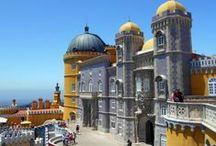 Sintra / co wybrać, kiedy na zwiedzanie Lizbony masz tylko 30 godzin? Najlepiej wybierz się do Sintry! Miasteczko z kilkoma zamkami porozrzucanymi po szczytach gór to idealne miejsce, żeby zgubić się na cały dzień i znów poczuć jak dziecko http://szukajacslonca.com/2016/04/03/sintra-o-czym-warto-pamietac/