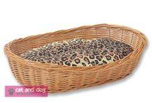 Legowiska nr 1591 / Idealne miejsce do spania i zabawy dla każdego kota lub psa. Miękka, gruba poduszka pozwala na wygodne spanie.Legowisko wykonane jest z grubej solidnej wikliny, ręcznie wyplatane.Przód jest nieco obniżony, co ułatwia wejście do legowiska. Pokryte specjalnym ekologicznym lakierem, dzięki czemu wiklina jest bardziej odporna na pazury.W komplecie porządna gruba poduszka z bawełny, wypełniona miękką i sprężystą pianką poliuretanową. Dostępne rozmiary: 50cm, 60cm, 70cm, 80cm, 90cm lub 100cm.