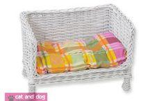 Sofki 1575 / Taka sofka to idealne miejsce do spania i zabawy dla każdego kota.  Miękka, gruba poduszka pozwala na wygodne spanie. Sofka wykonana jest z grubej solidnej wikliny, ręcznie wyplatana. Pokryta specjalnym ekologicznym lakierem, dzięki czemu wiklina jest bardziej odporna na kocie pazury. W komplecie porządna gruba poduszka z bawełny, wypełniona miękką i sprężystą pianką poliuretanową, która zapewnia wygodę Waszemu pupilowi.