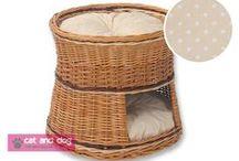 """Domki dla kotów 2084 / Domek to idealne miejsce do spania i zabawy dla każdego kota. Miękkie poduszki pozwalają na wygodne spanie """"na parterze""""- wewnątrz przytulnego domku - lub """"na piętrze"""" skąd można wszystko obserwować. Domek ręcznie wyplatany z grubej solidnej wikliny. Pokryty specjalnym ekologicznym lakierem, dzięki czemu wiklina jest bardziej odporna na kocie pazury. Dwie poduszki z bawełny, wypełnione miękką i sprężystą pianką poliuretanową. Wymiary: średnica dół ok.50cm, średnica góra ok.45cm, wysokość ok.45cm"""