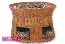 """Domki dla kotów 2101 / Taki domek to idealne miejsce do spania i zabawy dla każdego kota. Dwie miękkie, grube poduszki pozwalają na wygodne spanie """"na parterze""""- wewnątrz przytulnego domku - lub """"na piętrze"""" skąd można wszystko obserwować. Domek  ręcznie wyplatany z grubej solidnej wikliny. Pokryty specjalnym ekologicznym lakierem, dzięki czemu wiklina jest bardziej odporna na kocie pazury. Dwie grube poduszki z bawełny, wypełnione miękką i sprężystą pianką poliuretanową, zapewnią wygodę Waszemu pupilowi."""