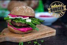 BURGER-MANIA / Das geballte Wissen der Food-Szene vereint sich und zeigt euch auf unserem Blog eine bunte Interpretation an individuellen Burgern. Unsere Foodblogger haben unglaublich kreative Burger gezaubert und stellen diese sowohl auf ihrem eigenen Blog, als auch auf unserem Blog Kuchenkult.de vor.   Die Basis aller Blogger-Burger-Interpretationen bieten unsere Brötchen aus der Conditorei Coppenrath & Wiese. So vielfältig wie das Brötchen-Sortiment sind auch die Ergebnisse. Seht selbst!