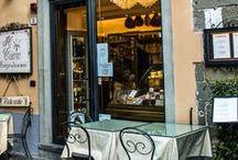 Lucca Altstadt, City Centre / Lucca innerhalb der Stadtmauer mit belebten Plätzen, ehrwürdigen alten Palazzi und quirligem Leben in den Straßen.