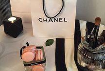 #Inspiration Chanel : I LOVE COCO / La tête dans les Z'étoiles, Blog Inspirant. Décoration, Diy, Inspiration, Event.    http://leszetoiles.blogspot.fr  Inspirée par le monde de #Chanel j'ai créé un espace élégant, feutré, très féminin. Projetez-y votre bureau, coiffeuse... votre écrin. Crédit photo : La tête dans les Z'étoiles #Chanel #Coco #élégance #décoration