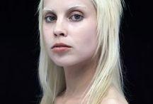 Die Antwoord / Zakochałam się w tym zespole już dawno, zaczynałam od piosenki Rich Bitch. Uwielbiam Yolandi i muszę przyznać, że jestem fanką jej urody, tak samo jak od Lady Gagi. Nie dosyć, że muzyka mi odpowiada to i grono zespołu, które składa się z trzech jej członków :). Jednym słowem, tak, jestem fanką, w sumie...nie pisałabym o tym, że ją lubię. Jest genialna.
