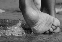 jouer des pieds et des mains