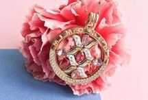 Mi Moneda Pinspiration / Mi Moneda is a a luxurious jewellery brand inspired by old coins, each of which tell their own story. The range is based around a unique pendant, with an opening system that allows you change the coins and create a new jewel to match either your mood or your outfit. Create your own but here are some ready made pendants for inspiration...