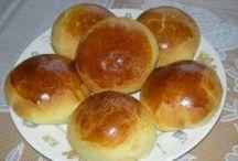 Quem quer pão... / Quem quer pão, quem quer pão, quem quer pão Que tá quentinho, tá quentinho, tá quentinho Tão gostosinho, gostosinho, gostosinho Quero mais um (mais um)  É tão cheiroso e macio Tão saboroso, uma delícia Se eu fosse manteiga Derretia num instante Ah! Sim Assim