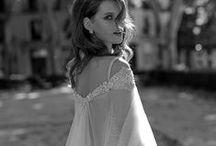 OZ! Negócios de Moda / Painel para a startup OZ!. Coleções de vestidos formais para festas, de vestidos de noiva, looks casuais além de cards da startup.  Conheça-nos: https://www.facebook.com/oznegociosdemoda