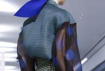 DETALHES / detalhes de modelagem, recortes, bolsos, pregas, golas, mangas, comprimentos, cores, acessórios, tipo de tecidos....texturas