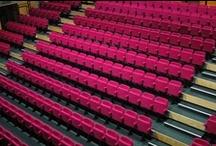 Sièges et gradins / Voici quelques sièges et gradins disponibles chez ATMOSPHÄRE.
