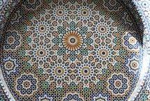 Мароканская мозаика Zillige / Разноцветная плитка зелидж используется как для внешней, так и для внутренней отделки. Наиболее распространенными решениями являются облицовка каминов, фонтанов, бассейнов, полов, лестниц и даже столешниц. Однако свою истинную красоту плитка зелидж показывает на больших поверхностях. Именно поэтому она является отличным решениям для декорирования стен ванной комнаты, кухни, красивого панно в гостиной или спальне.