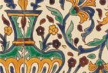 Майолика. Плитка Средиземноморья - decortile.ru / Майолика – самый популярный отделочный материал в странах Востока и Средиземноморья. Своё ласковое название плитка получила от испанского острова Майорка, через который в Италию траспортировались мавританские шедевры. Особенность майолики кроется в её необычной поверхности: благодаря специальному рецепту изготовления она получается очень яркой и нарядной. Роспись на плитке – это целое искусство. В начале средних веков майолика начала распространение по Европе через остров Мальорка.