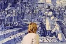 Азулежу. Португальская плитка. / Традиционный португальскийазулежу представляет собой расписанную глиняную плитку, чаще всего квадратной формы, обожжённую, глазурованную, размером 14 см на 14 см. Истинно народным это искусство стало в середине XIX в. благодаря массовому промышленному производству. С этого времени блестящими изразцами начинают украшать не только дворцы и церкви, но также наружные и внутренние стены самых разных построек.