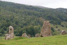 Estación megalítica de Azpegui / Hace 5.000 años, en los valles pirenaicos navarros habitaban unas gentes, que sobrevivían en medio de una naturaleza salvaje y hostil. Aquellos pobladores nos dejaron, entre otros testimonios de su existencia y cultura, los monumentos megalíticos (dólmenes, crómlech y menhires).
