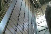 Porte rapide / Le porte ad arrotolamento rapido rappresentano la soluzione ideale per accessi industriali che richiedono continui e rapidi cicli di aperture e chiusure. L'ampia dotazione di accessori e il vasto assortimento di colori e personalizzazioni completano il sistema garantendo un elevato livello di funzionalità ed affidabilità.
