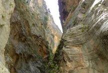 Garganta de Samariá / La garganta de Samariá es la ruta clásica de senderismo para quien visita la isla.  Es la garganta más larga de Europa, con 18 kms. de longitud y se necesitan entre 5 y 6 horas para recorrerla. Se encuentra al suroeste de la isla, en la provincia de Chaniá y dentro de la sierra de las Montañas Blancas. Naturaleza pura