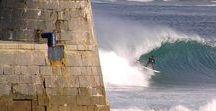 #1Mundaka from Biarritz / Mundaka, charmant port de pêche et localité de la Réserve de la Biosphère d'Urdaibai est particulièrement fière de sa  gauche considérée comme la meilleure vague d'Europe. Cette vague à réputation internationale est un beach break qui  prend naissance à l'embouchure de la rivière et n'en finit pas de dérouler avec des murs rapides et des tubes profonds. Elle se forme par des vents de sud - sud-ouest et peut atteindre 4 mètres de hauteur et 400 mètres de long.