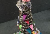 PengeGaver til diverse lejligheder / Kransekage lavet af 1 kr på en oasiskegle beklædt med gavepapir. Pengene puttes på ståltråd med 1 perle imellem.