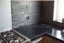 Natuursteen / Een Brugman keuken betegeld met natuursteen, Door Tegelzettersbedrijf J van Loenen voor M plus montage in Hoogvliet.