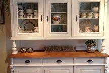 Restylen meubels -Oud is Nieuw / Oude meubels worden kaal gemaakt, gerestaureerd en voorzien van een nieuwe kleur en stof.