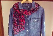 Camisas / Objeto de vestuário. Peça de roupa de tecido leve, que cobre o tronco, geralmente com colarinho, botões à frente e mangas de comprimento variável.