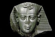 Egypte des pharaons : les objets / Les archéologues, les aventuriers, les touristes, tous succombent au charme de l'Égypte ancienne...